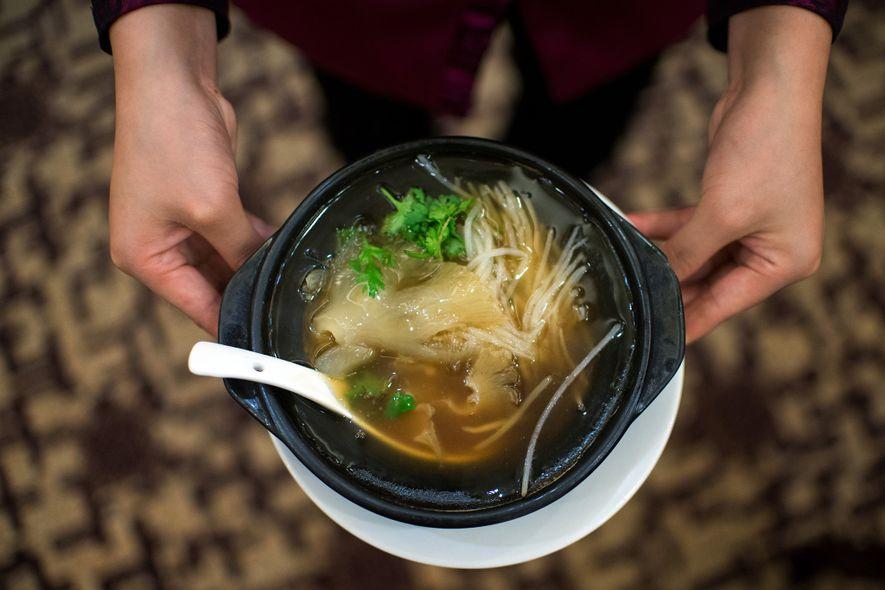 O preparo da sopa envolve ferver as barbatanas e raspar a pele e a carne, deixando ...