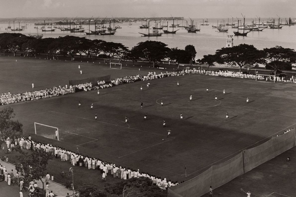 Espectadores cercam um campo de futebol nas Ilhas do Pacífico. Os primeiros europeus trouxeram o esporte ...