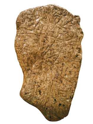 Imagem de uma estela de Teyuna cujos sulcos indicam os caminhos e as escadas presentes no ...