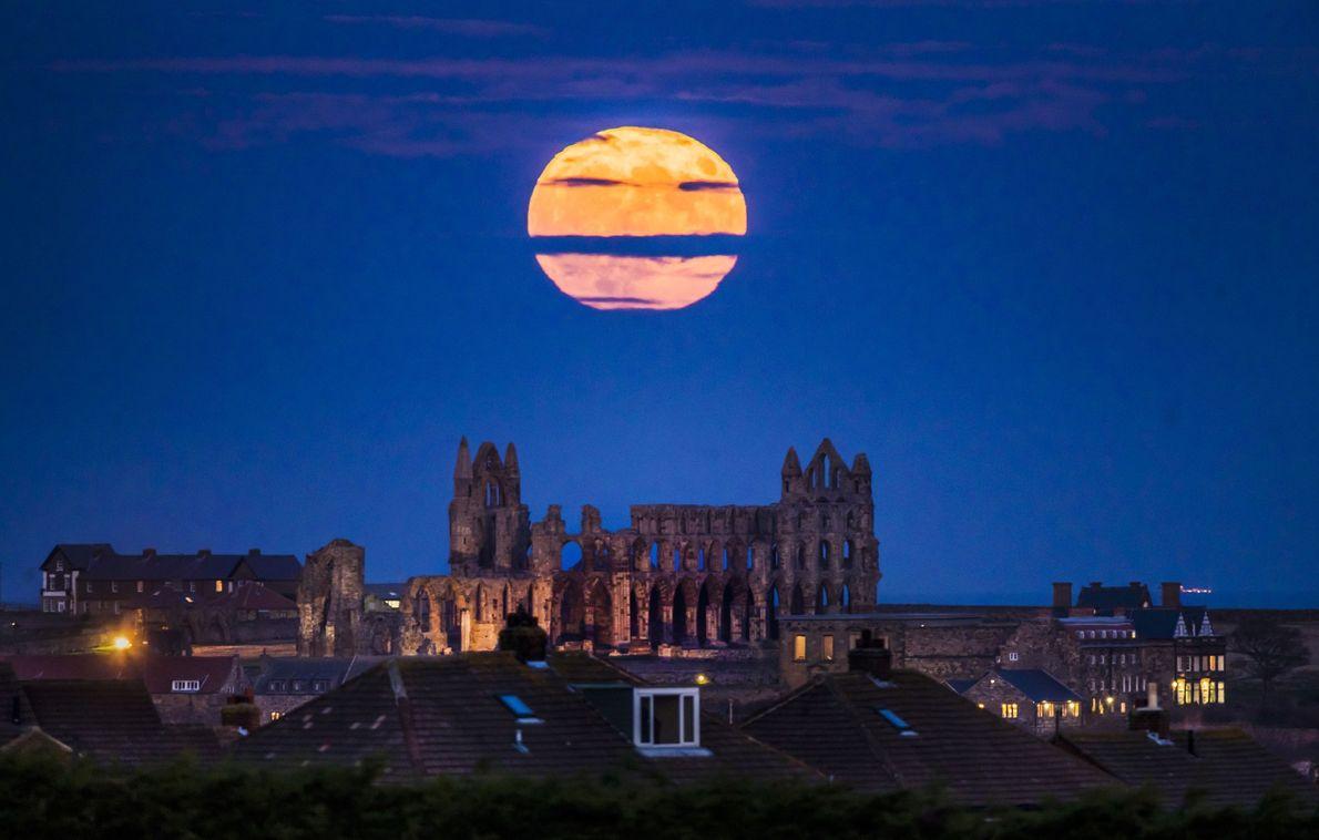 A superlua aparece acima da abadia de Whitby em Yorkshire, Inglaterra.