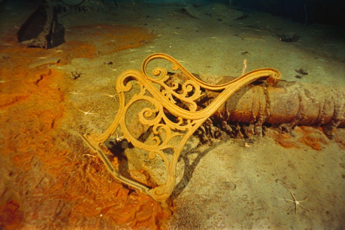 A estrutura do banco de metal do convés descansa em meio aos destroços do Titanic.