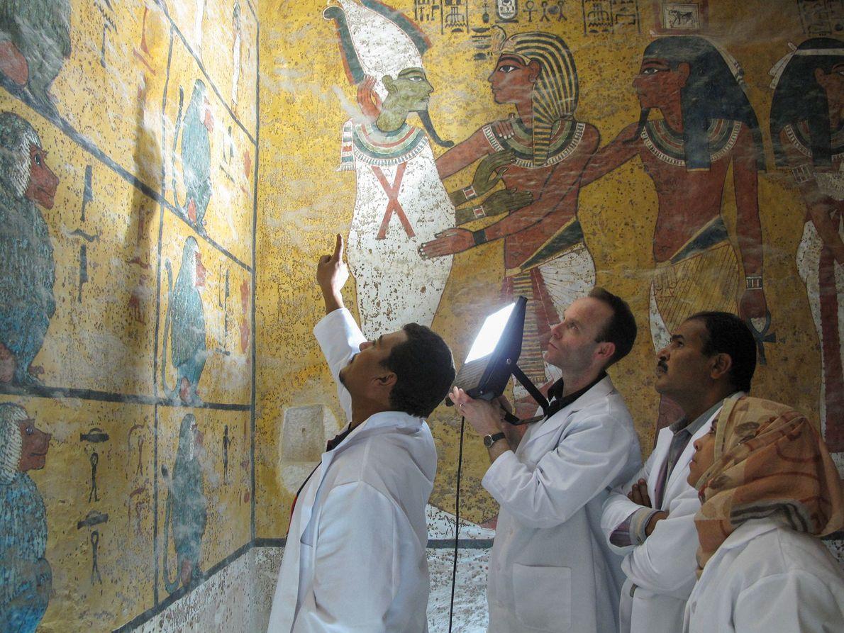 Pesquisadores examinam as pinturas de parede de 3,3 mil anos na tumba de Tutancâmon.