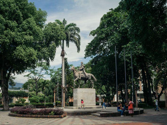 Uma estátua de Simón Bolívar impera sobre os visitantes em um parque de Cúcuta.