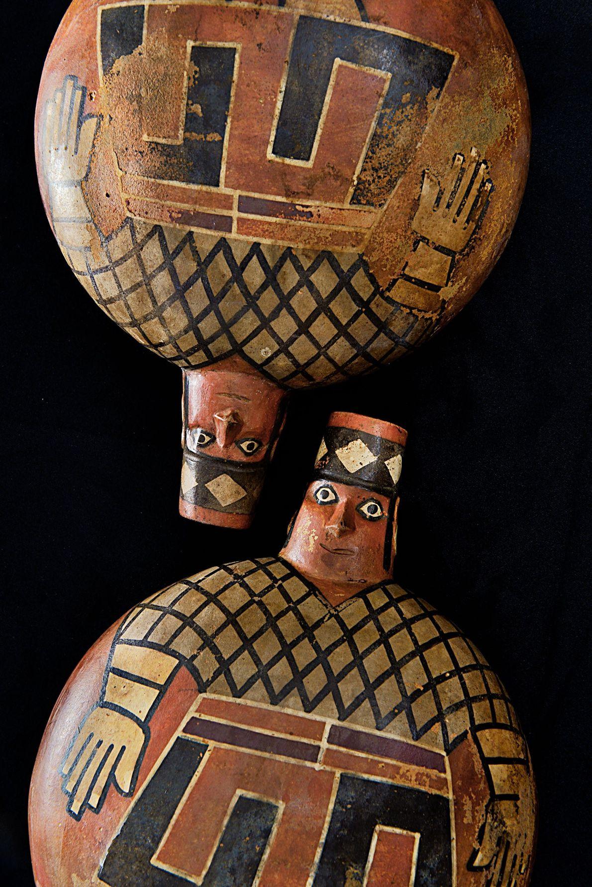 Vasos pintados encontrados em tumba wari
