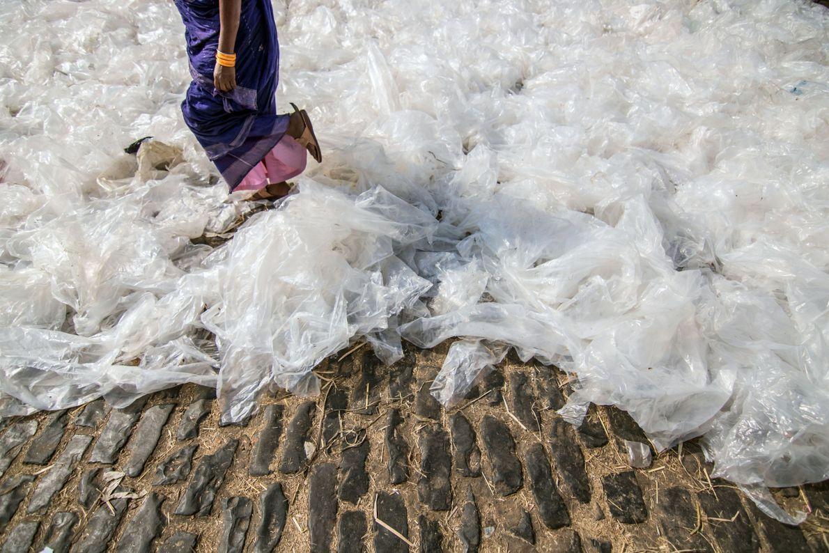 A produção de plástico mundial aumentou exponencialmente: de 2,3 milhões de toneladas em 1950, para 162 ...
