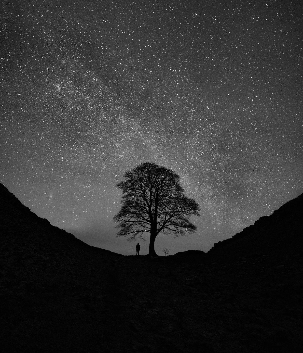 As galáxias Via Láctea e Andrômeda brilham em uma noite de inverno na Muralha de Adriano ...