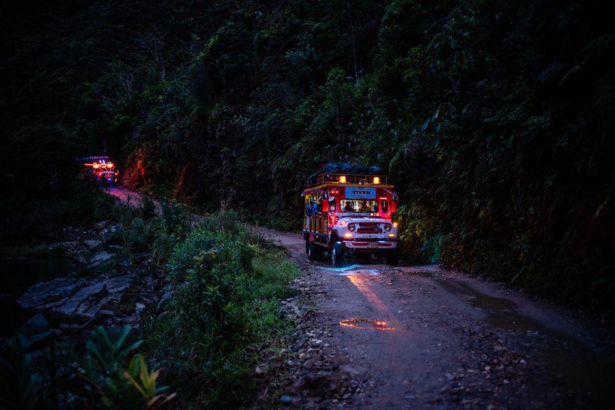 """Um ônibus rural chamado """"Chiva"""" transporta os pesquisadores e ex-rebeldes das FARC de Anorí para La ..."""