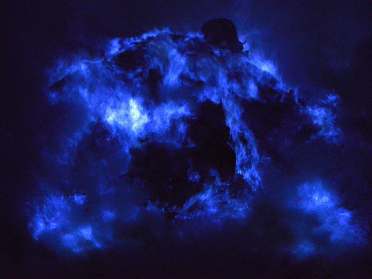A cratera do vulcão Kawah Ijen, na Indonésia, apresenta um espetáculo de luzes particularmente impressionante graças ...
