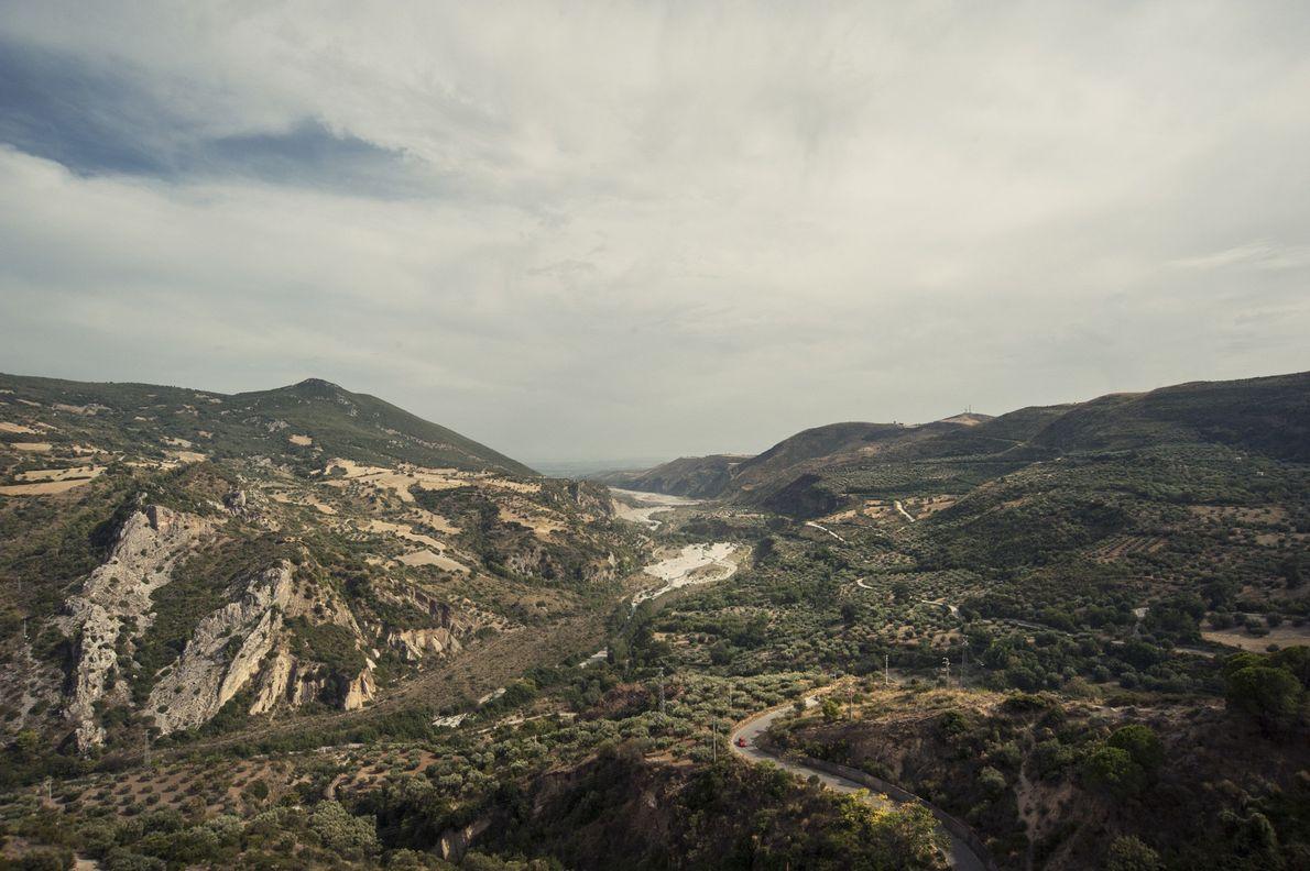 Uma vista da paisagem do Parque Nacional de Pollino mostra como o desenvolvimento humano invadiu a ...