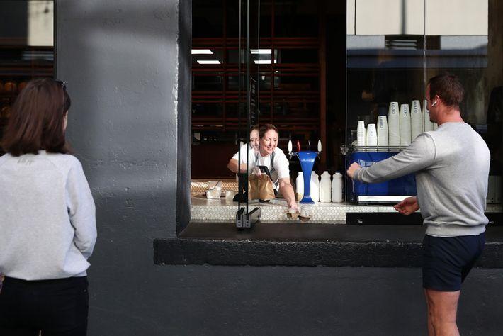 Natasha Parkinson atende pedidos para retirada na Amano Bakery em 29 de abril. No dia anterior, ...