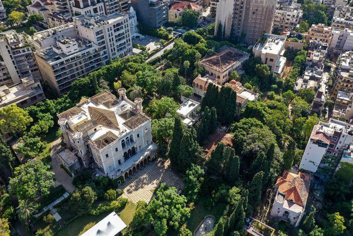 Entre os cerca de 6 mil edifícios danificados está o Palácio Sursock, uma gloriosa estrutura do ...
