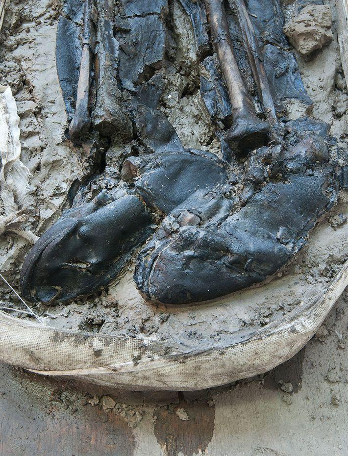 Especialistas dataram as botas de couro usadas pelo homem como sendo do fim do século 15 ...