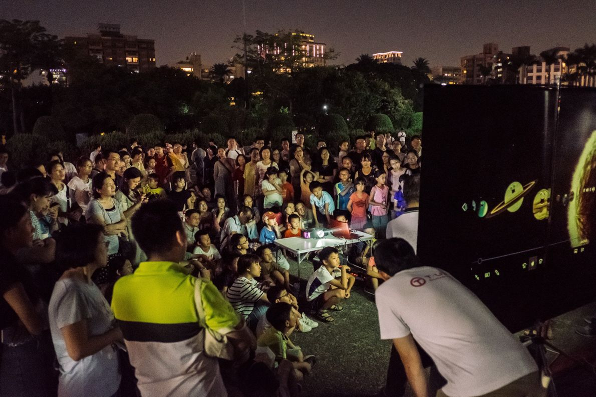 Público assiste a uma apresentação sobre o eclipse lunar em Taipei, Taiwan, em 27 de julho. ...