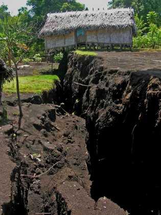A compressão do magma no subsolo durante a erupção do Ambrym em 2018 provocou rachaduras e ...
