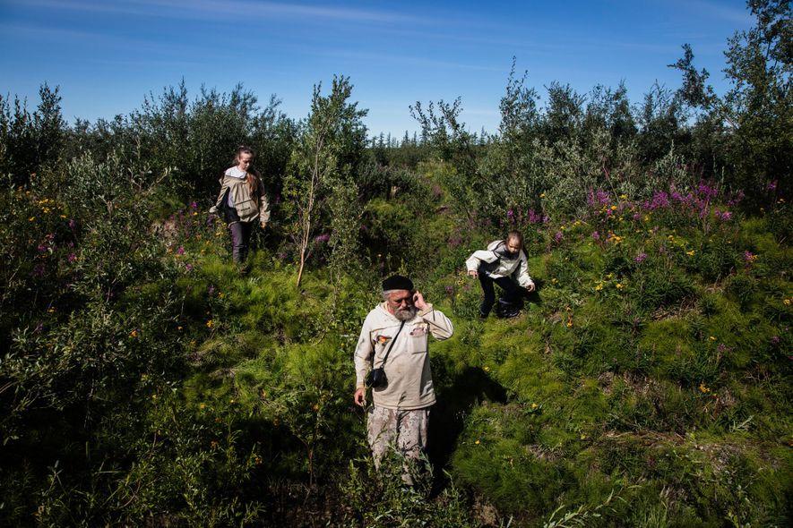 Sergey Zimov mede os níveis de permafrost com as netas perto da Estação de Ciências do Nordeste que fundou em Cherskiy, na Rússia, ao longo do rio Kolyma. A aproximadamente uma hora de distância fica o experimento científico de grande porte de Zimov, o Parque do Pleistoceno, que ele dirige com seu filho, Nikita Zimov. Os dois acreditam que, ao recriar o ecossistema da era do Pleistoceno, antes dominada por savanas e grandes mamíferos, poderão atrasar o derretimento do permafrost.
