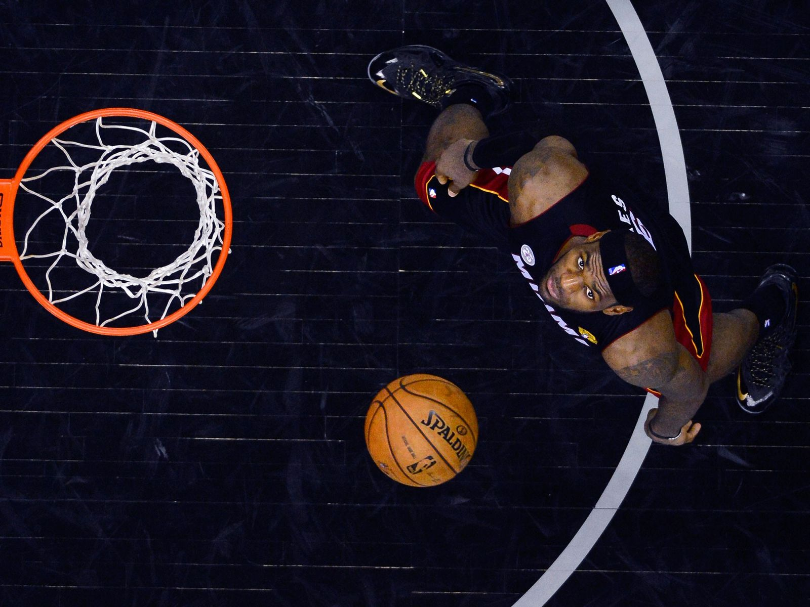 LeBron James, na foto acima, dorme cerca de 12 horas por dia, o que contribui para ...