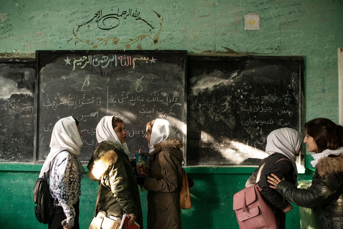Último dia das provas finais na escola de ensino médio Zarghona High School, em Kabul, uma ...
