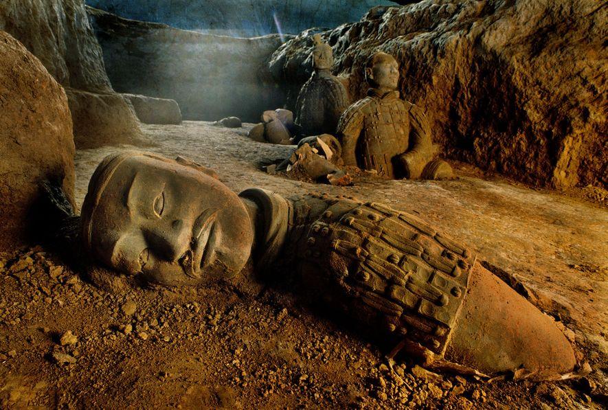 Um exército de soldados guarda a grande tumba de Qin Shi Huang, o primeiro imperador da ...