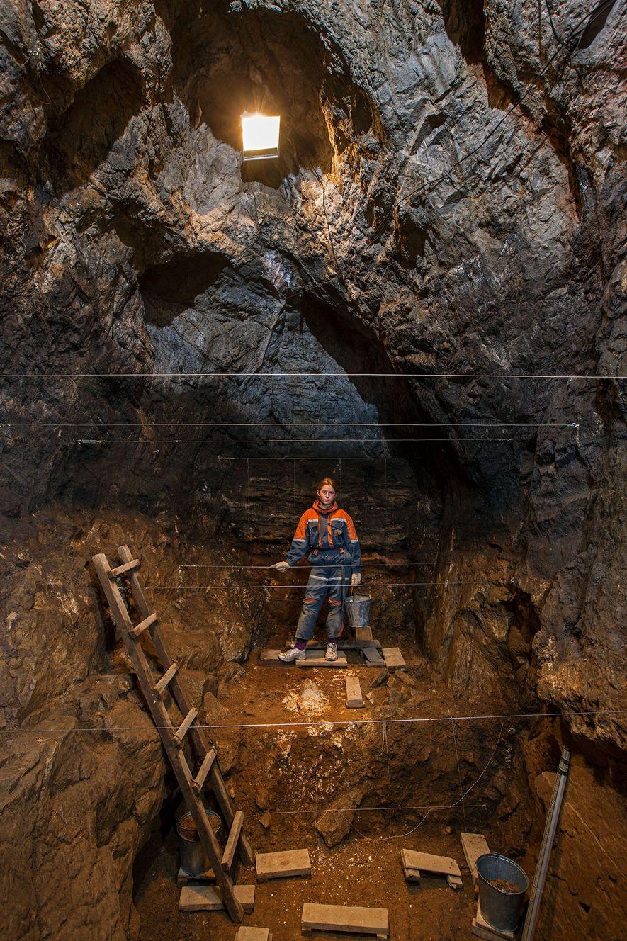 A estudante Zoya Gudkova descansa durante a escavação na caverna de Denisova, nas Montanhas Altai, Sibéria.