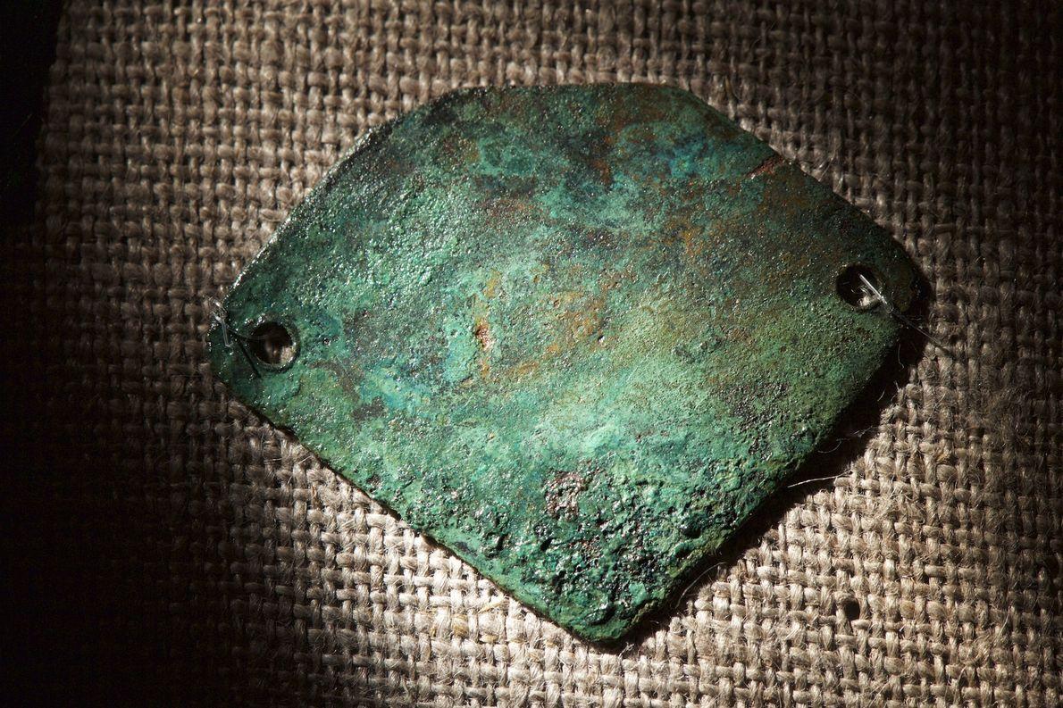 O colar de cobre da Ilha Roanoke foi feito com cordões curtos e nós, que apodreceram ...