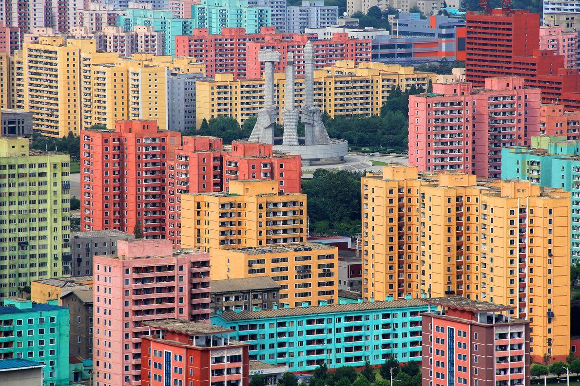 PYONGYANG, COREIA DO NORTE Prédios coloridos circundam o Monumento à Fundação do Partido na capital da Coreia …