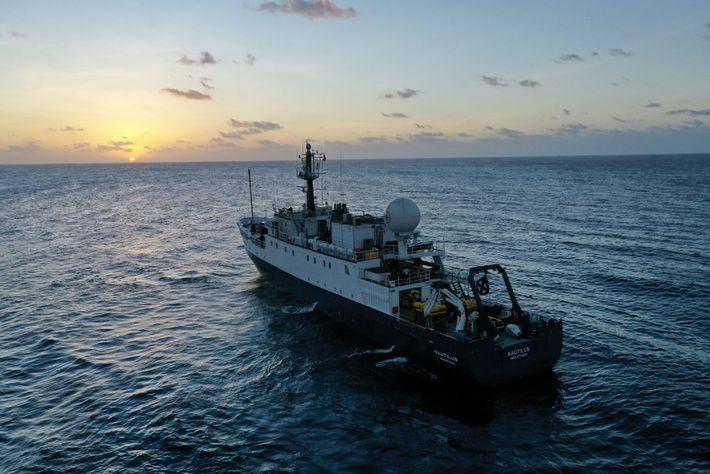 Equipado com uma série de sensores subaquáticos, o E/V Nautilus opera em um padrão de busca ...