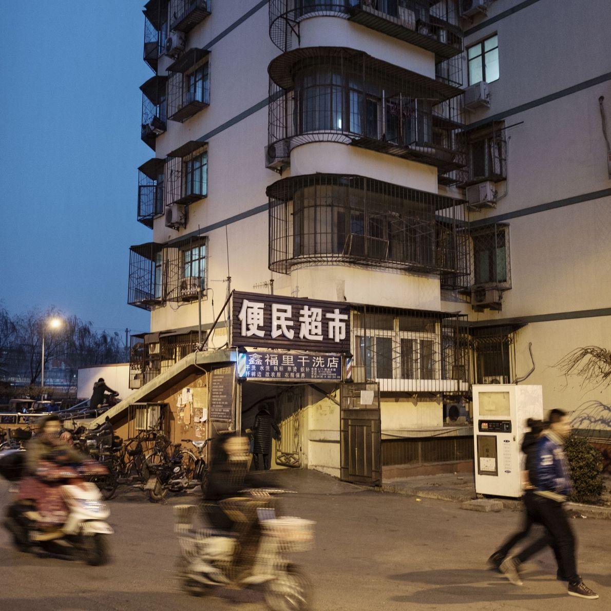A entrada de um abrigo antiaéreo convertido, em Pequim.