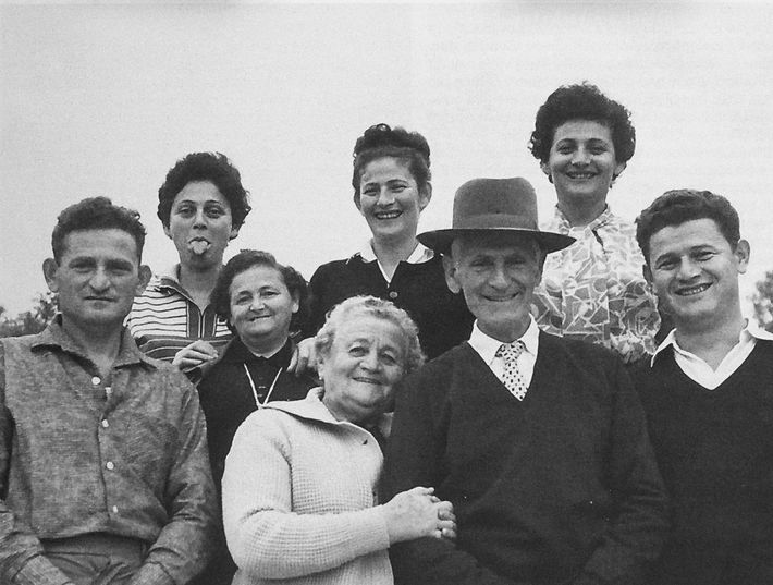 Lea, que morreu em Auschwitz em 5 de dezembro de 1942, não participou desta feliz reunião ...