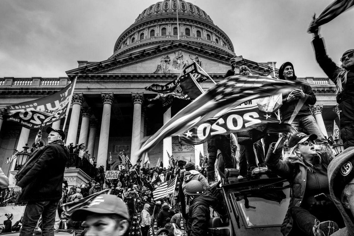 Vândalos apoiadores de Trump romperam barreiras de segurança e invandiram o o Capitólio dos EUA depois ...
