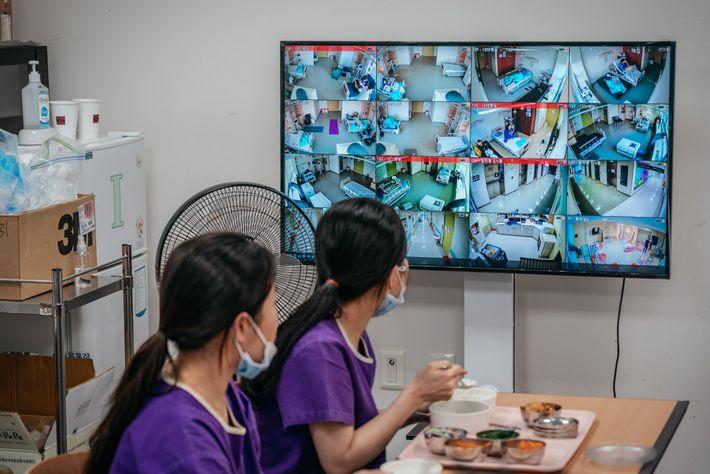 As enfermeiras do Centro Médico de Seul raramente deixam de observar os monitores da ala de ...