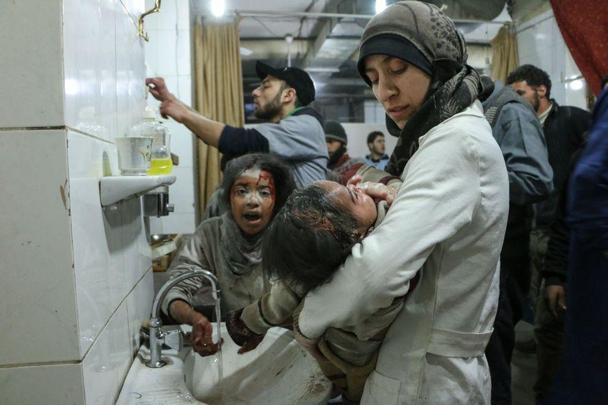 """Ballour carrega um de seus pacientes feridos no hospital de campanha subterrâneo conhecido como Caverna (""""The ..."""