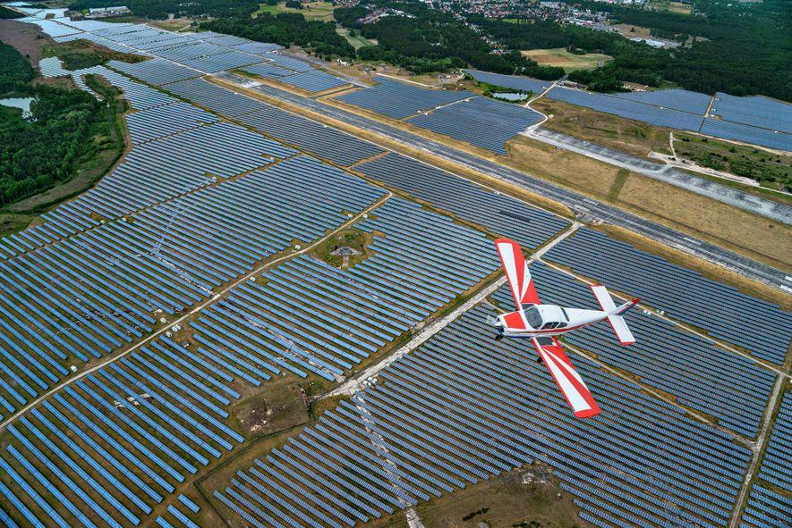 Os painéis solares, como estes na Alemanha, tornaram-se muito mais comuns em todo o mundo nas ...