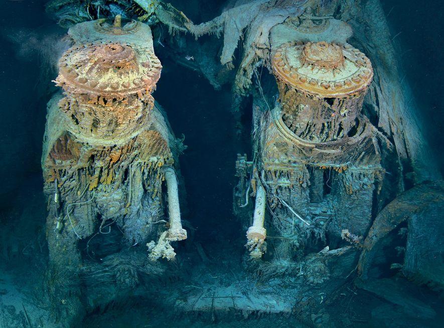 Duas das turbinas estão expostas na popa. Recobertas de estalactites alaranjadas formadas por bactérias que se ...