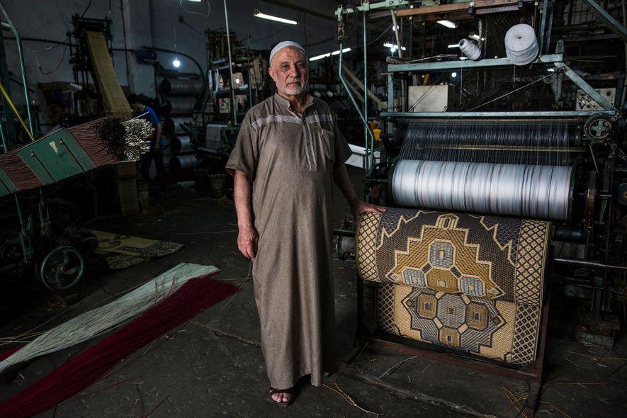 Hamed Mahoud Hegazy, 72 anos, ao lado de uma de suas máquinas em sua fábrica de ...