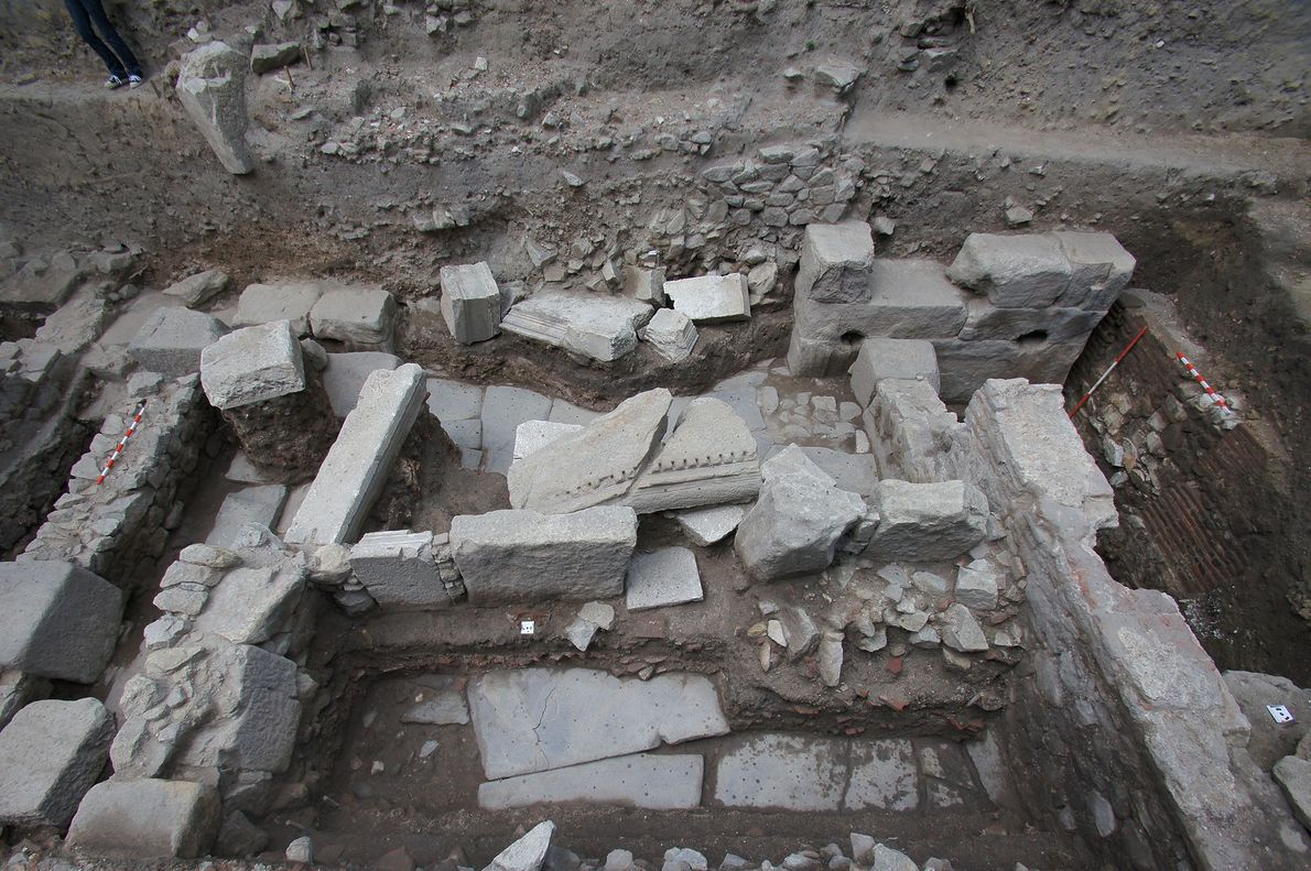 Os três esqueletos foram encontrados entre as ruínas de uma das ruas da cidade romana. Restos ...