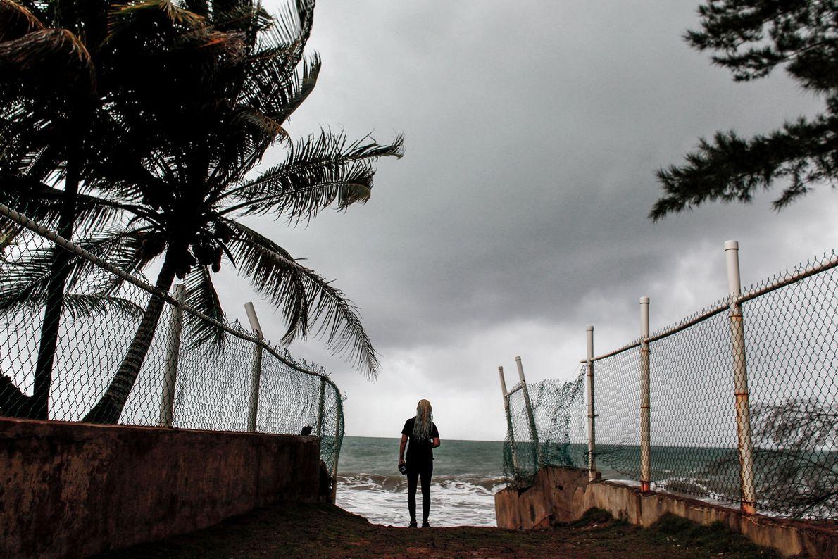 Surfista olha para o furacão Irma se aproximando de Luquillo, em Porto Rico, em 6 de ...