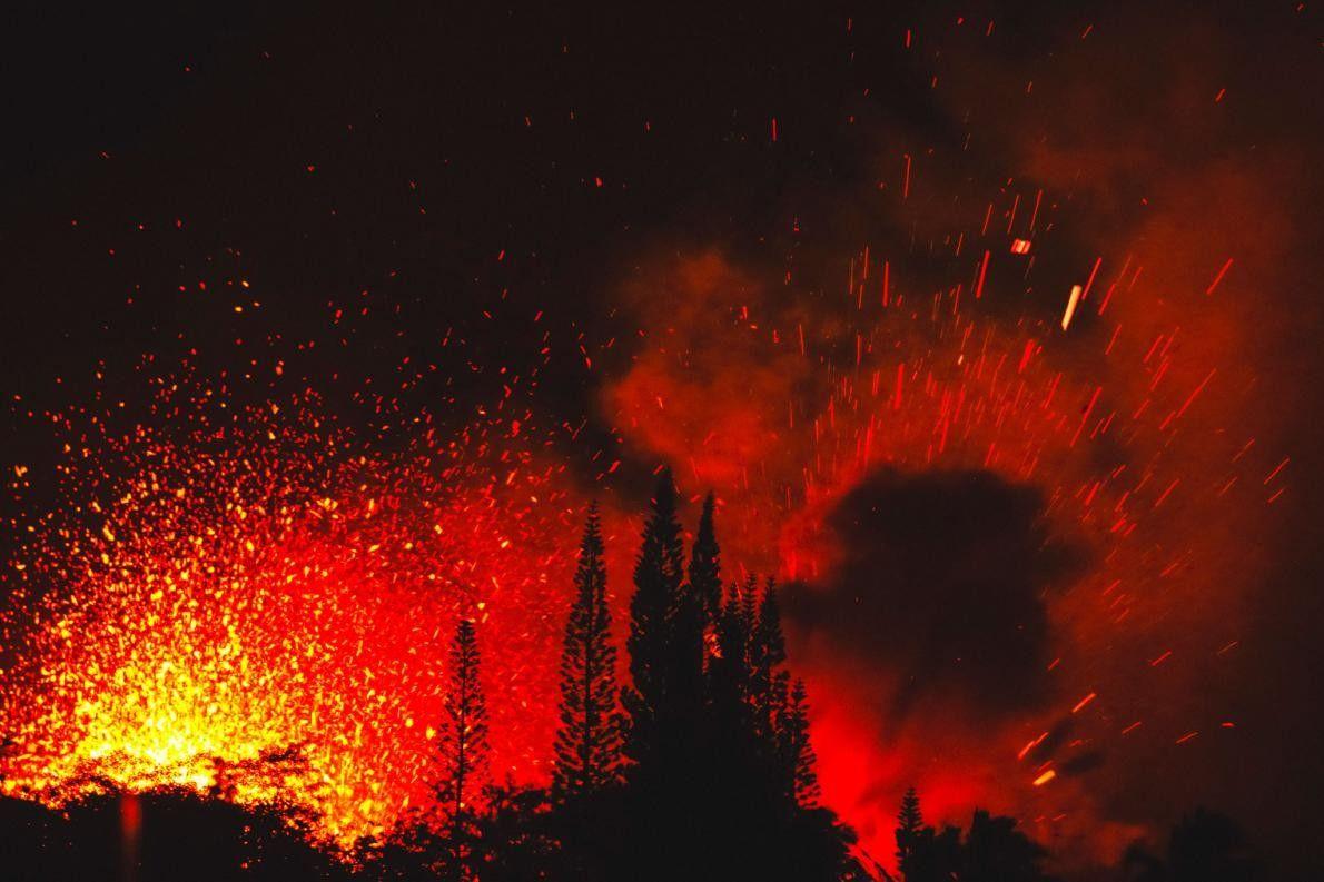 Alguns dos eventos de erupção são explosivos, ejetando faixas de lava a mais de 30 metros ...