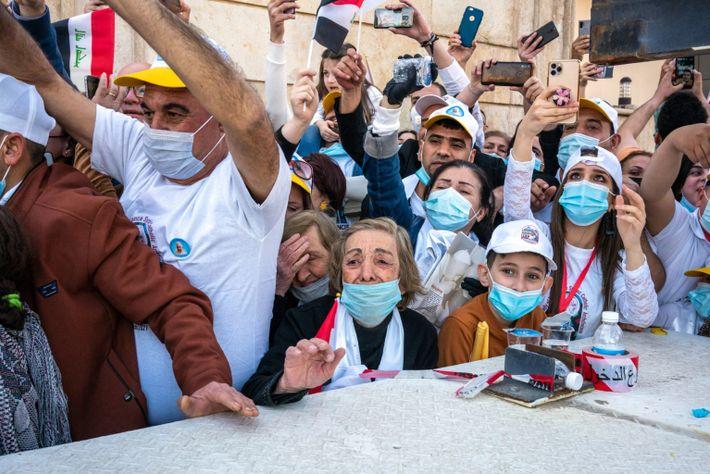 Iraquianos tentam ver o papa Francisco na igreja Nossa Senhora da Salvação, em Bagdá, em 5 ...