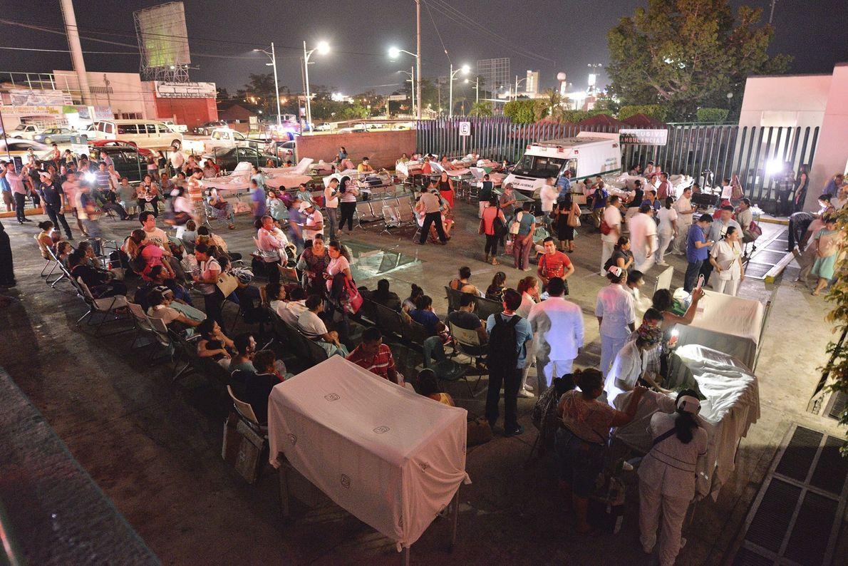 Pacientes e médicos de um hospital em Villahermosa, no México, permanecem abertos. Pelo menos 3 pessoas ...