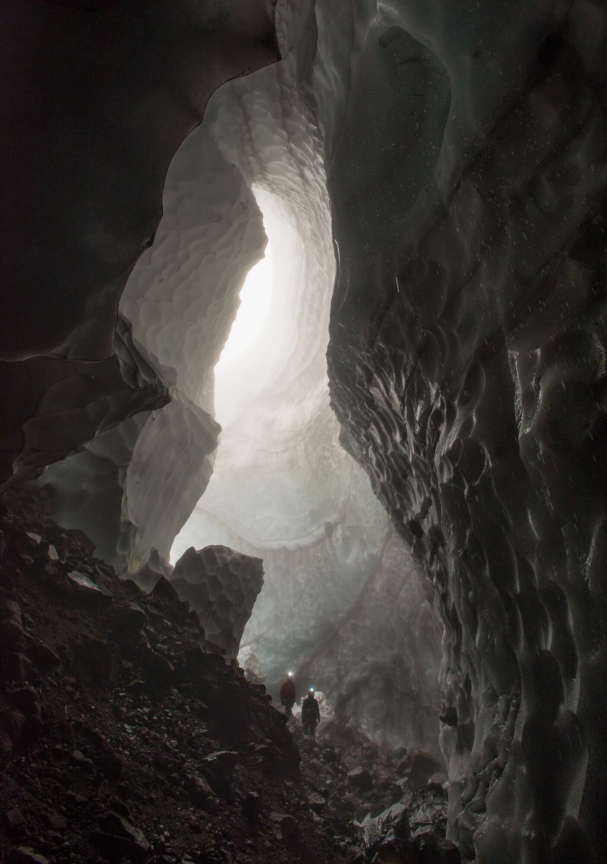 Os exploradores entram na Caverna Godzilla após ela ter sido notada pela primeira vez no verão ...