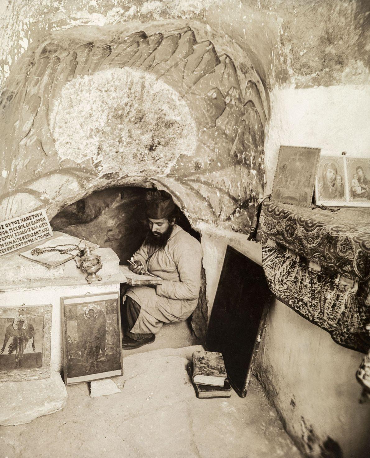 Um monge ortodoxo lê em uma caverna em Israel onde se acredita que o profeta Elias ...