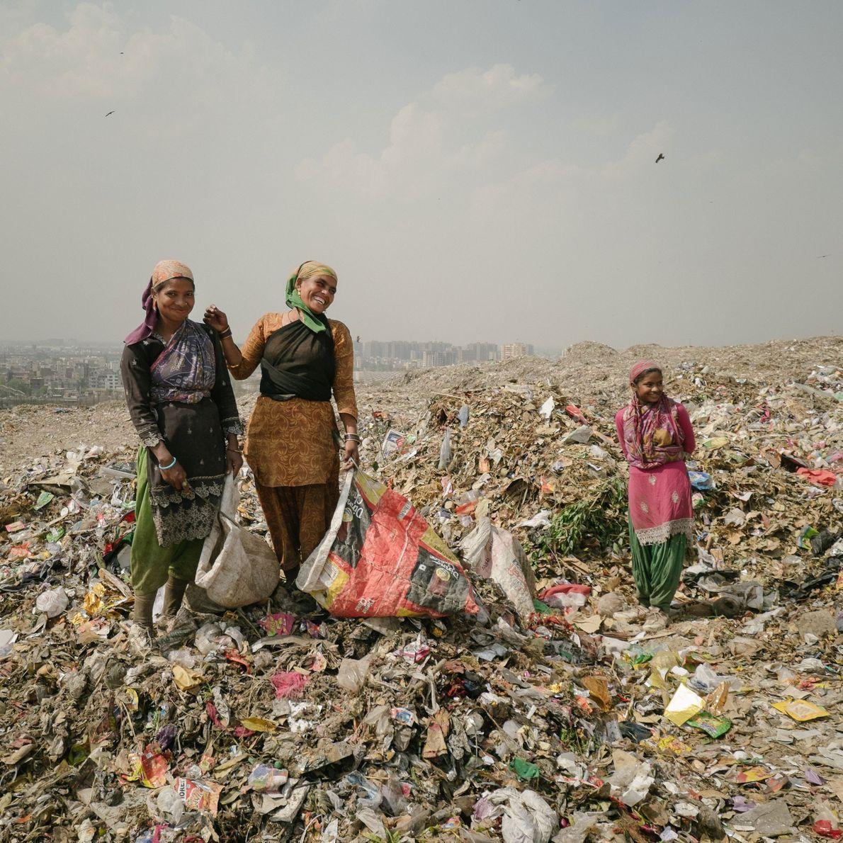 mulher procura metal em lixo indiano