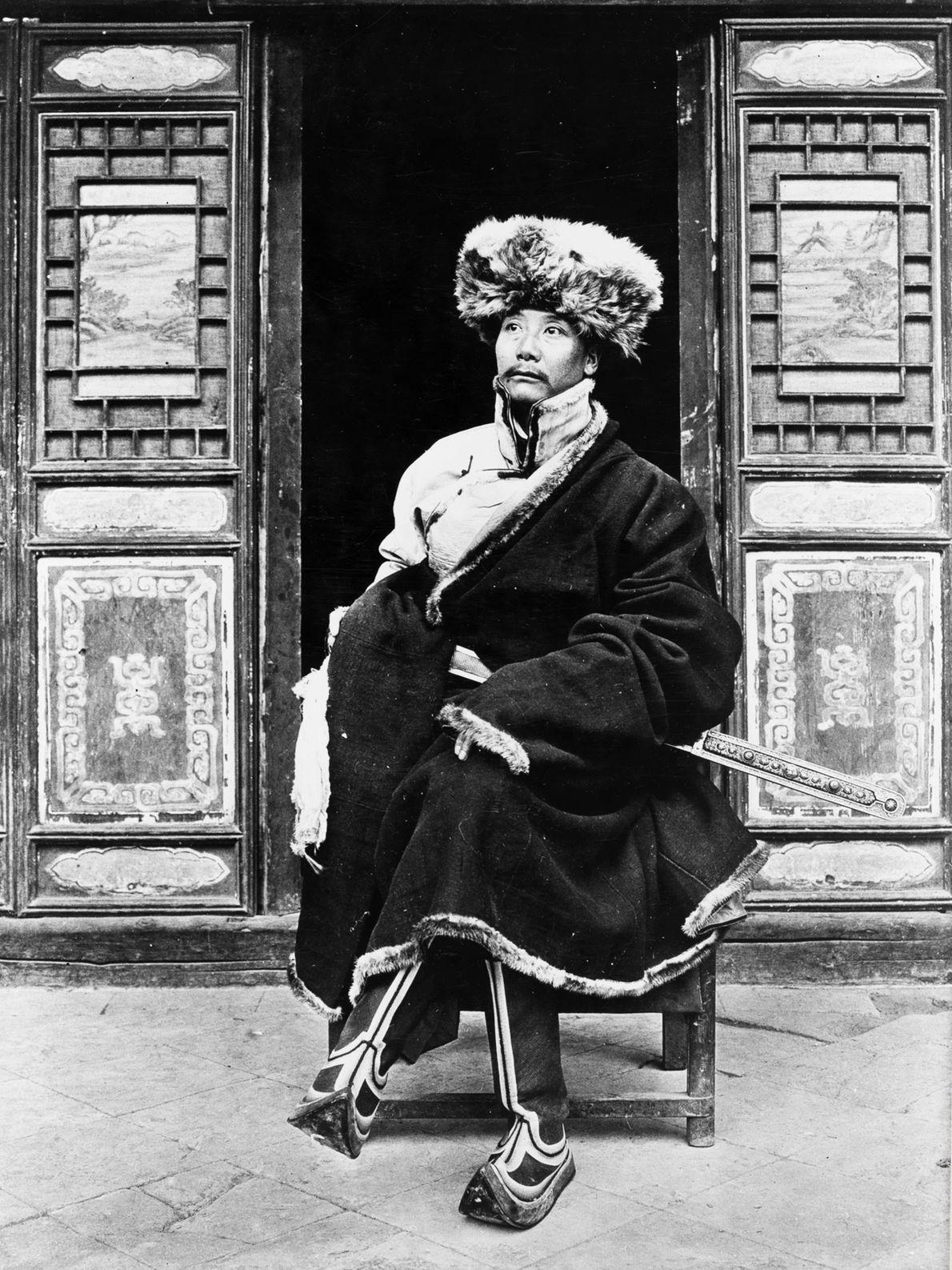 Yang-Chi-ching, o príncipe de Liulin, na província chinesa de Gansu, senta-se à frente de seu yamen, ...