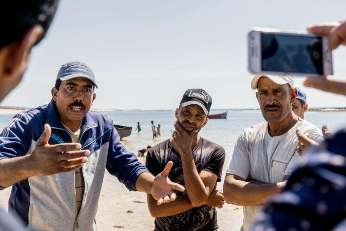 Indignados com os preços baixos e regulamentações restritivas, os catadores de algas marinhas da vila de ...