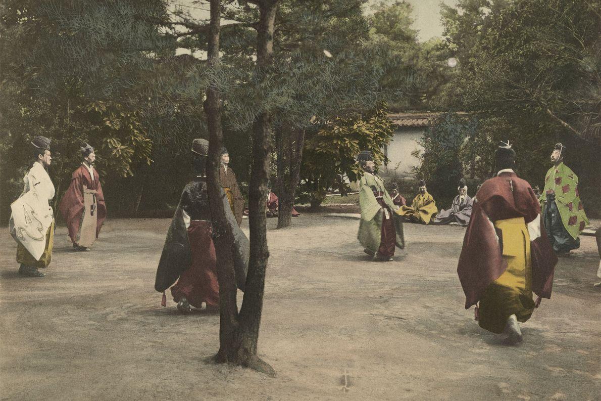 Um grupo de nobres em Kyoto, Japão, jogam Shukyu, um esporte tradicional parecido com o futebol.