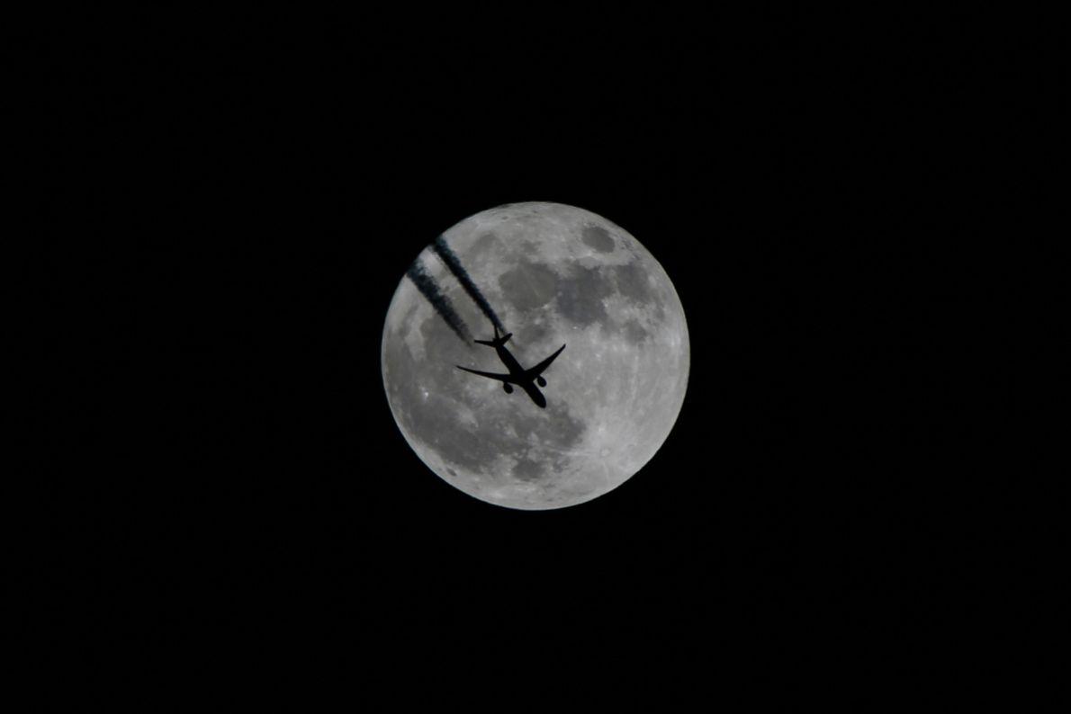 Uma aeronave voa na frente da superlua em Van, Turquia.
