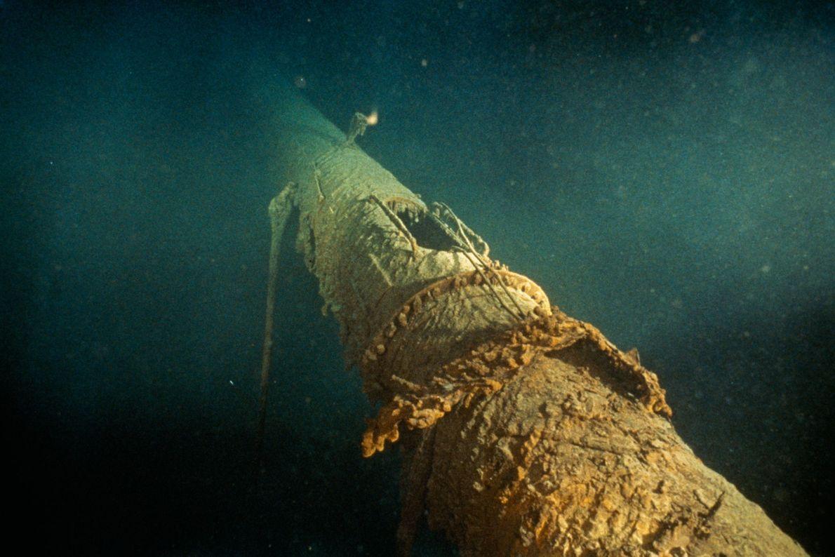 O mastro do Titanic, tombado para a frente, mostra a posição do ninho do corvo, agora ...