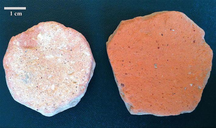 Pedaços quebrados de vasos de cerâmica conhecidos como pessoi também foram utilizados pelos gregos e romanos ...