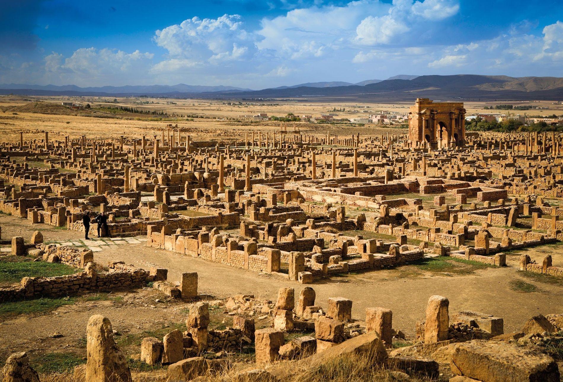 O Arco de Trajano, construído para homenagear o imperador romano, domina as ruínas de Tamugadi, localizada ...