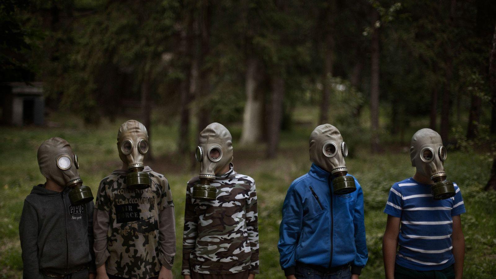 Oleksiv Zabolotny, um dos instrutores no LIDER, ensina um grupo de jovens ucranianos a colocarem máscara ...